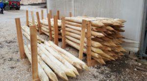 palette de piquet en bois d'acacia en cours de fabrication en Roumanie