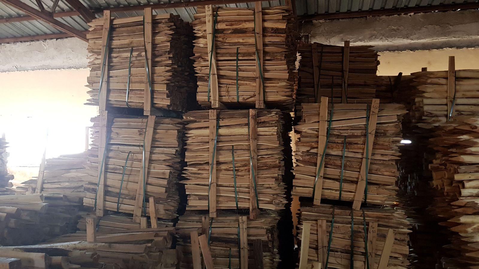 Tuteurs écorcés sciés en Acacia